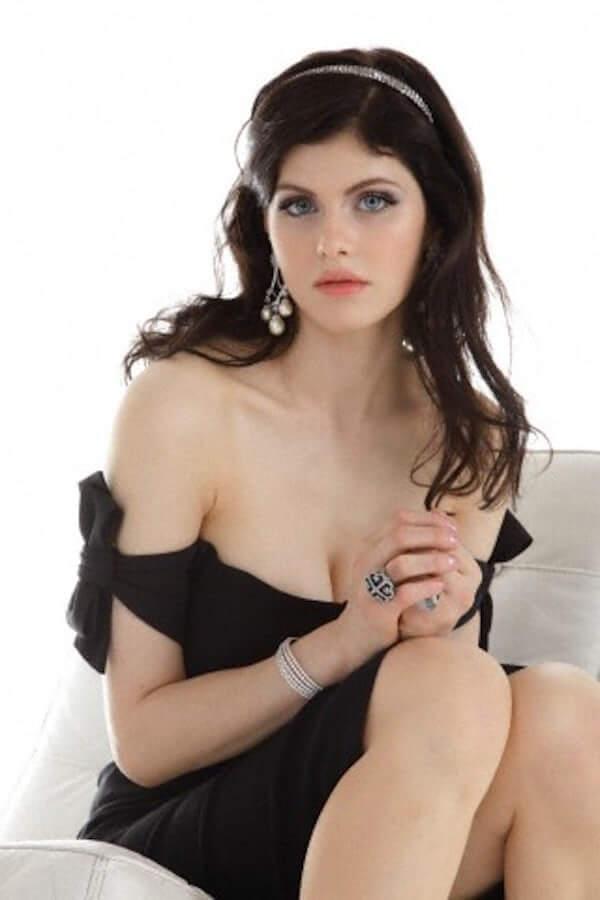 Alexandra Daddario hot cleavage pics