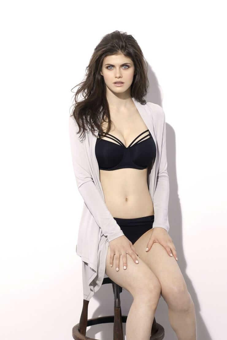 Alexandra Daddario sexy bikini pics