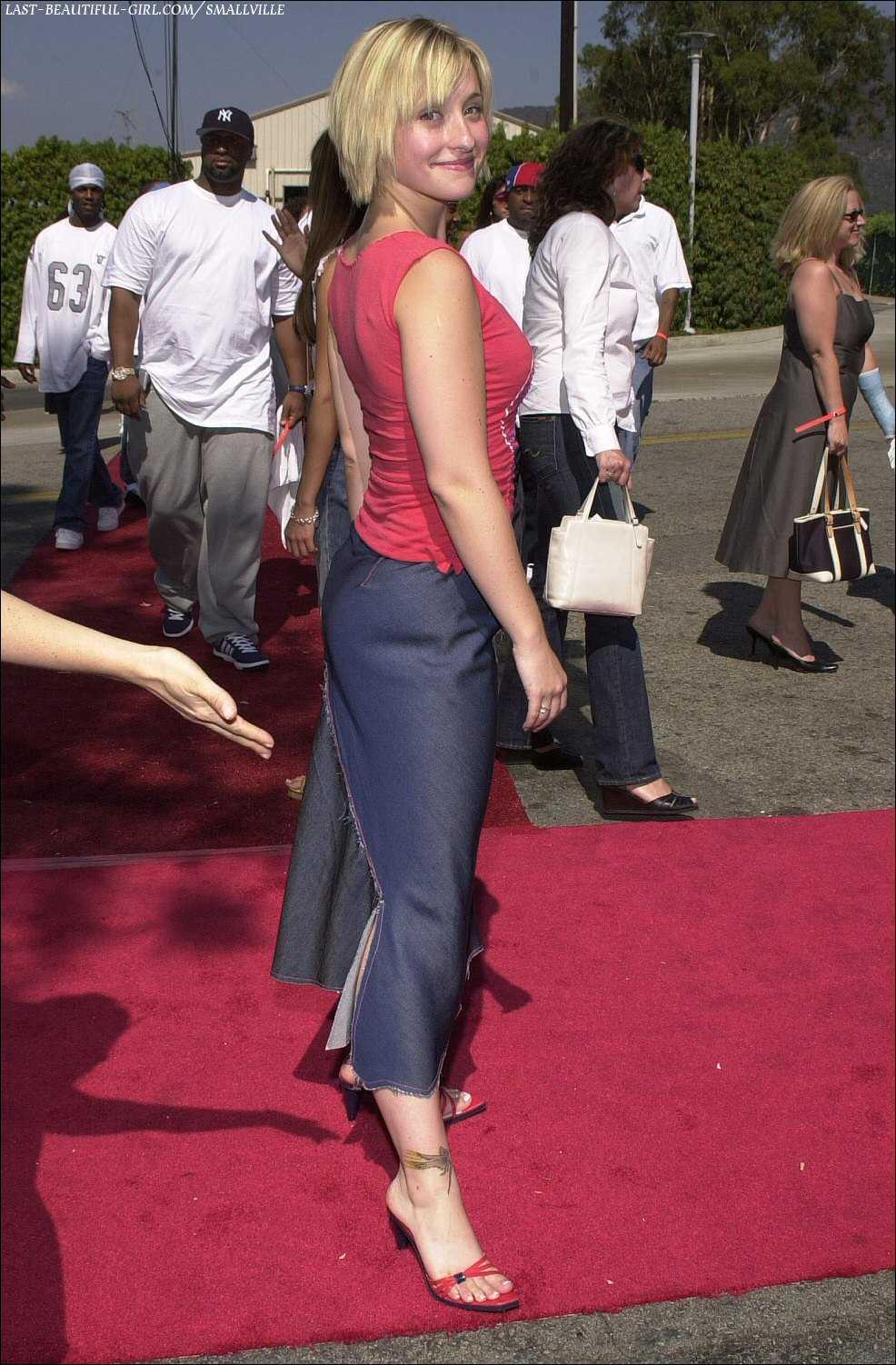 Allison Mack feet high heels