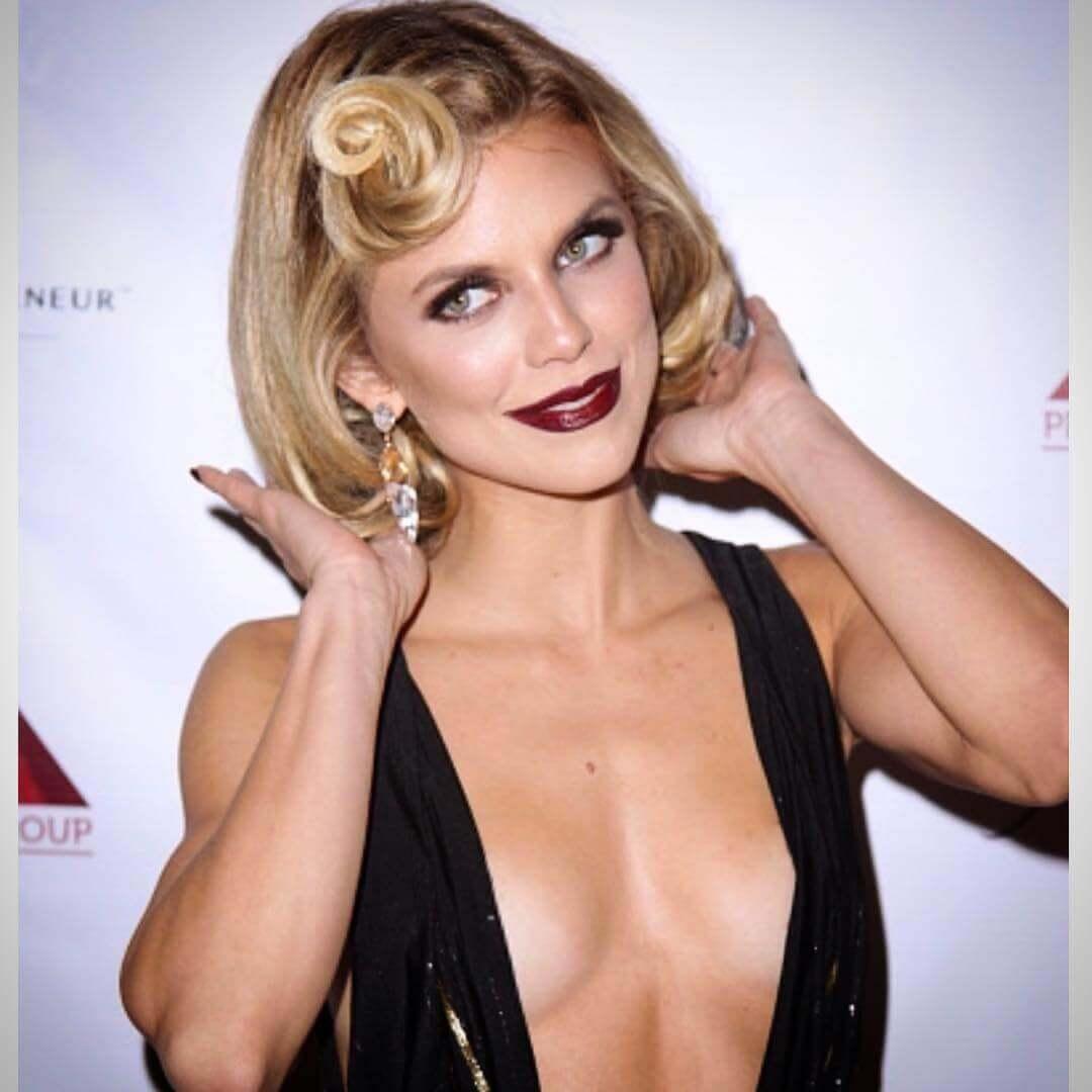 AnnaLynne McCord sexy cleavage