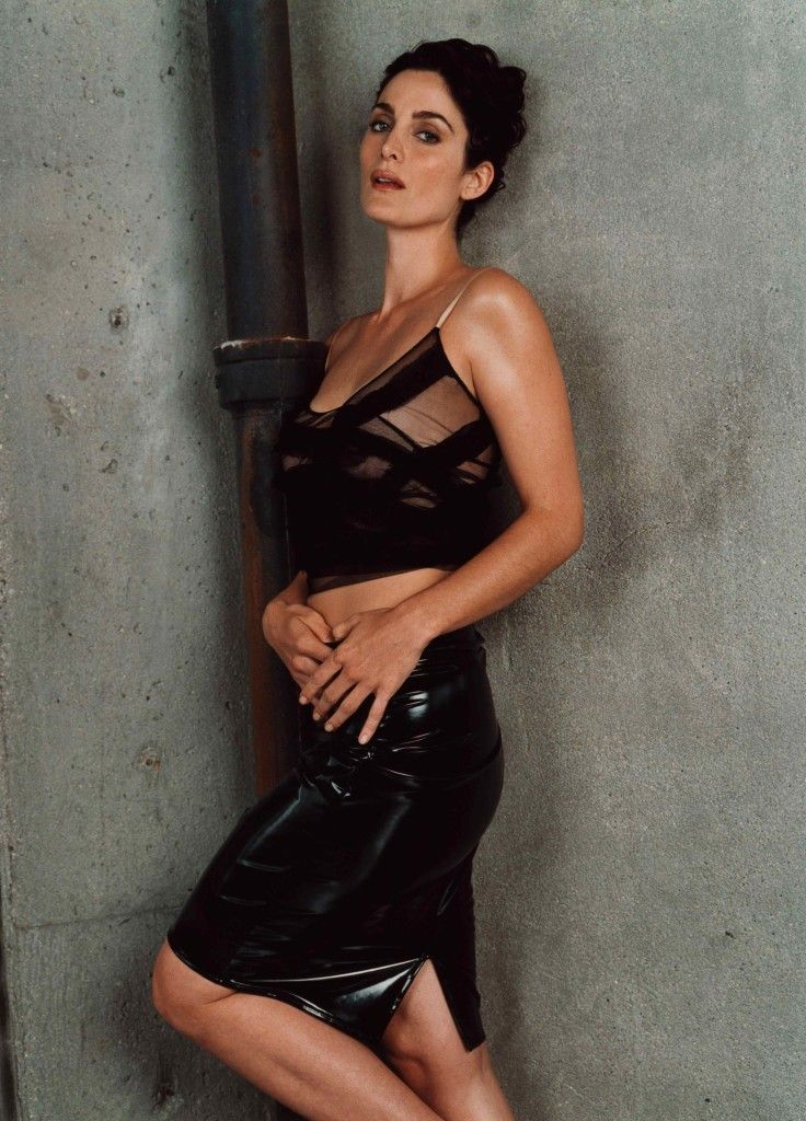 Carrie-Anne Moss sexy look pictures