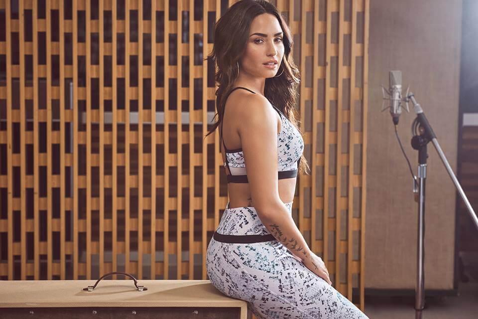 Demi Lovato sexy boobs pictures