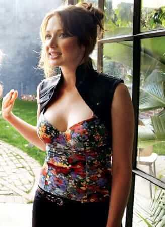 Ellie Kemper side boobs (2)