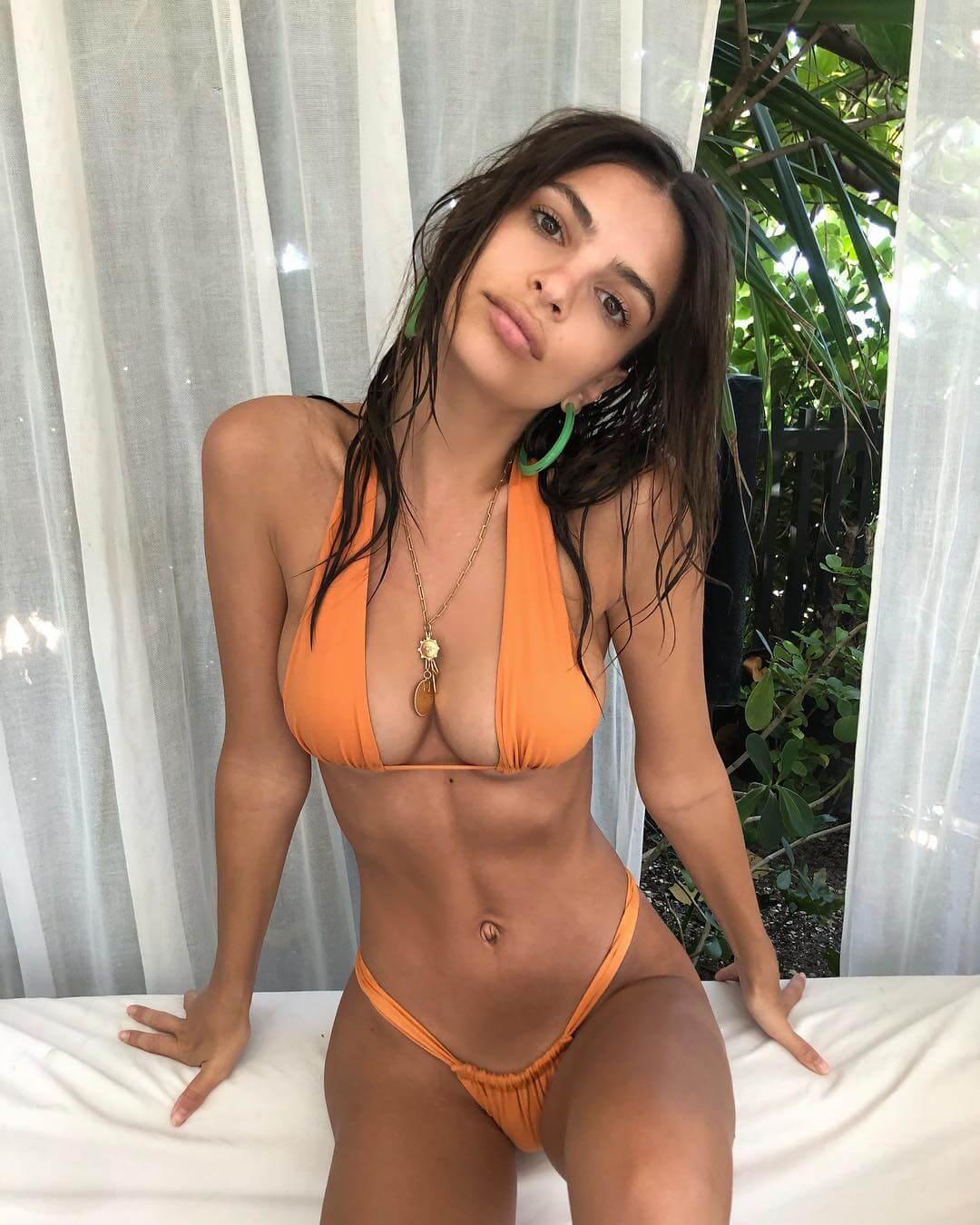 Emily Ratajkowski sexy bikini pics