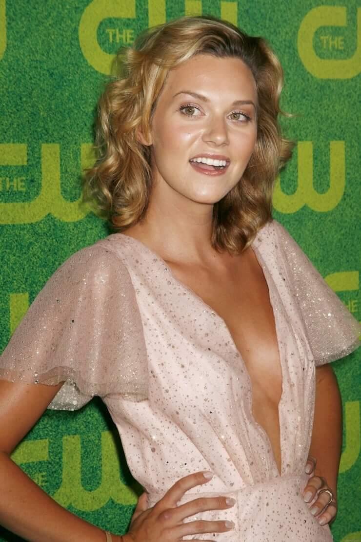 Hilarie Burton sexy cleavage
