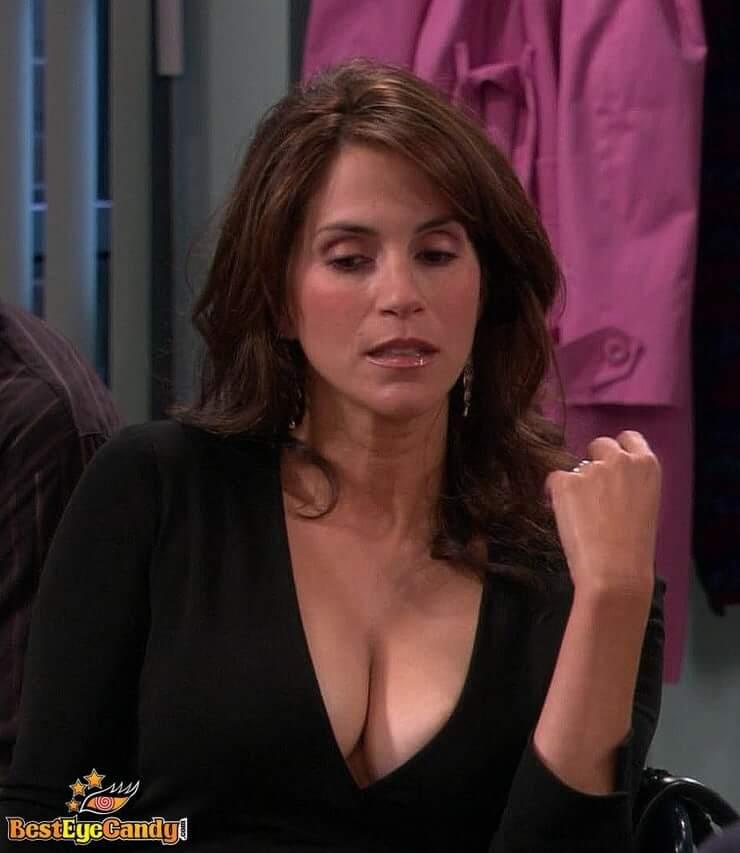 Jami Gertz hot cleavage pic