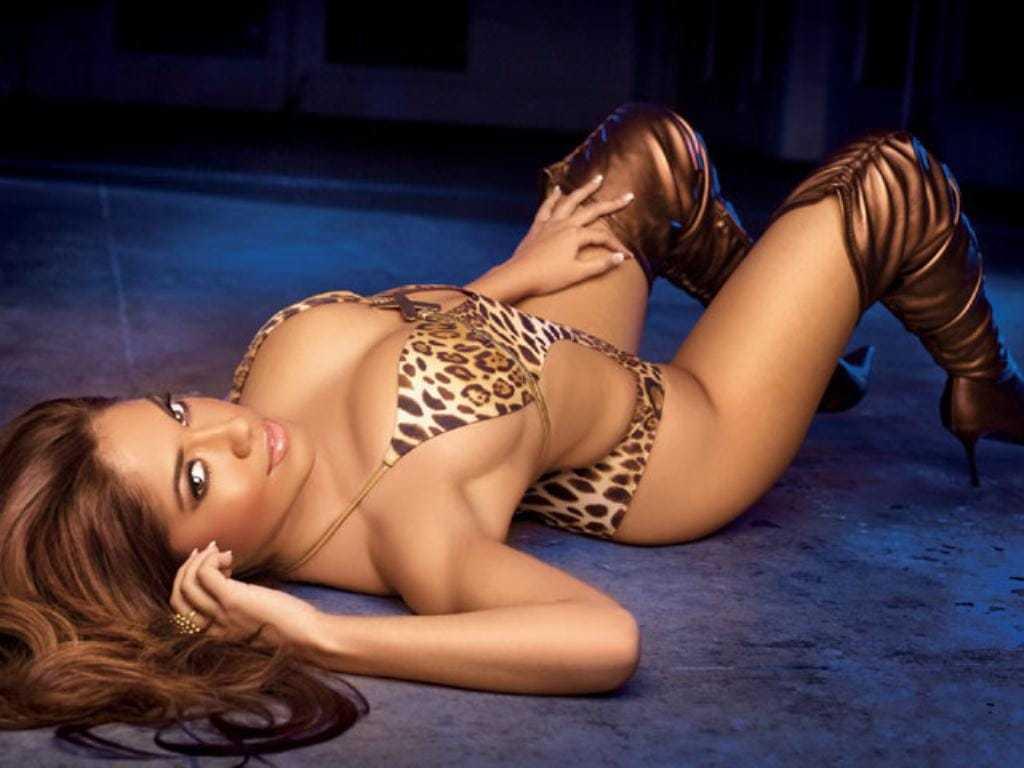 Jessica Burciaga side boobs