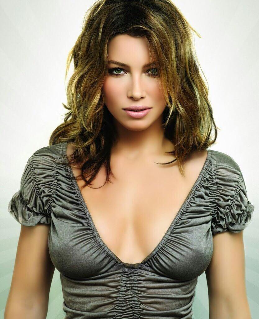 Jessica Szohr sexy cleavage