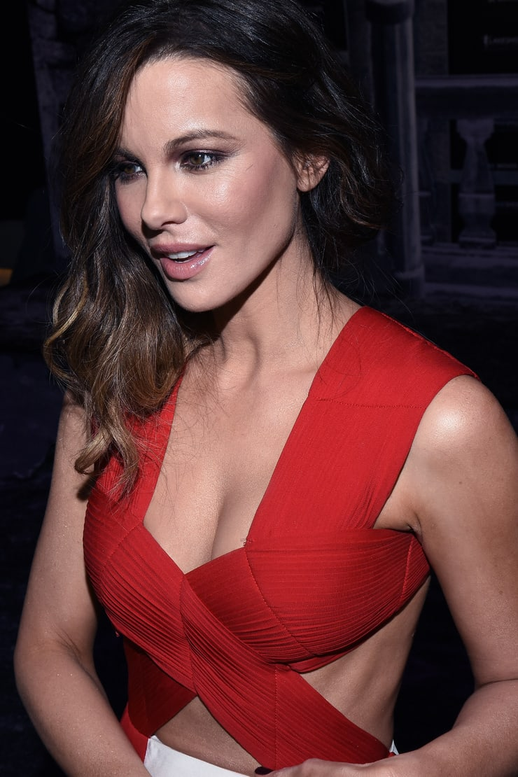Kate Beckinsalesexy cleavage pics