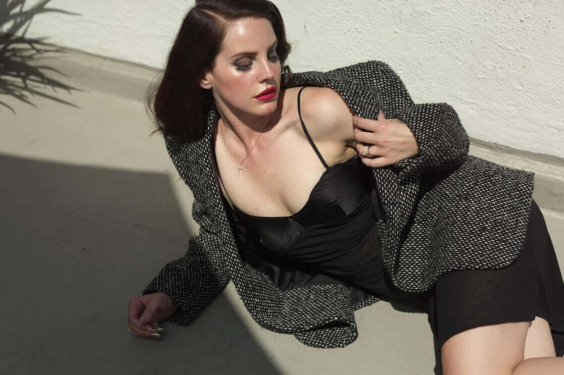 Lana Del Rey ho cleavage picture