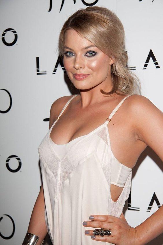 Margot Robbie sexy busty