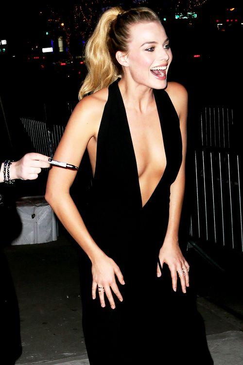 Margot Robbie sexy cleavage