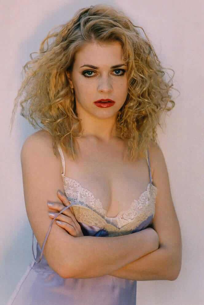 Melissa Joan Hart hot cleavage pictures