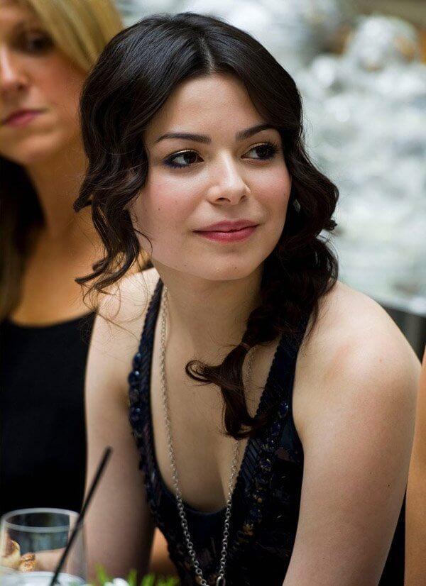 Miranda Cosgrove cleavage pictures