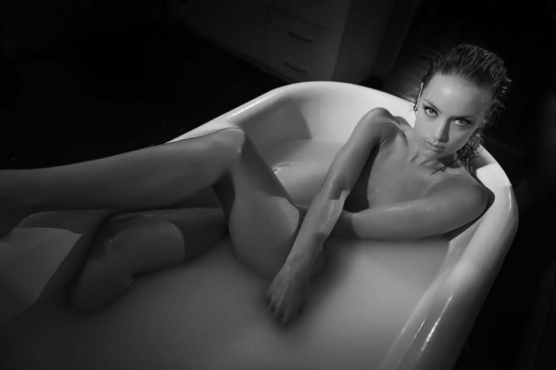 Rachel Skarsten near-nude pic