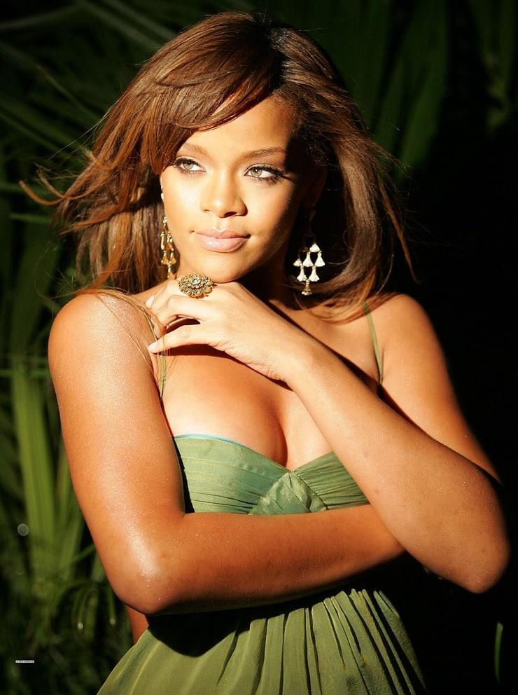 Rihanna hot boobs pics