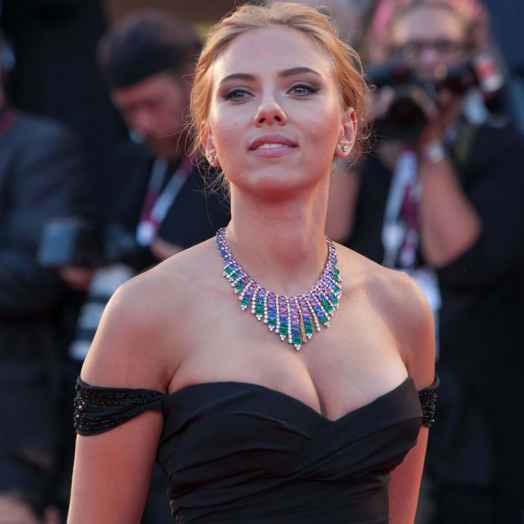 Scarlett Johansson sexy boobs pics