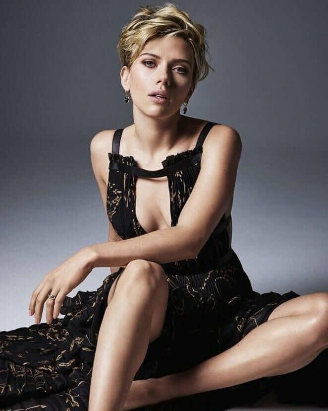 Scarlett Johansson sexy cleavage (2)