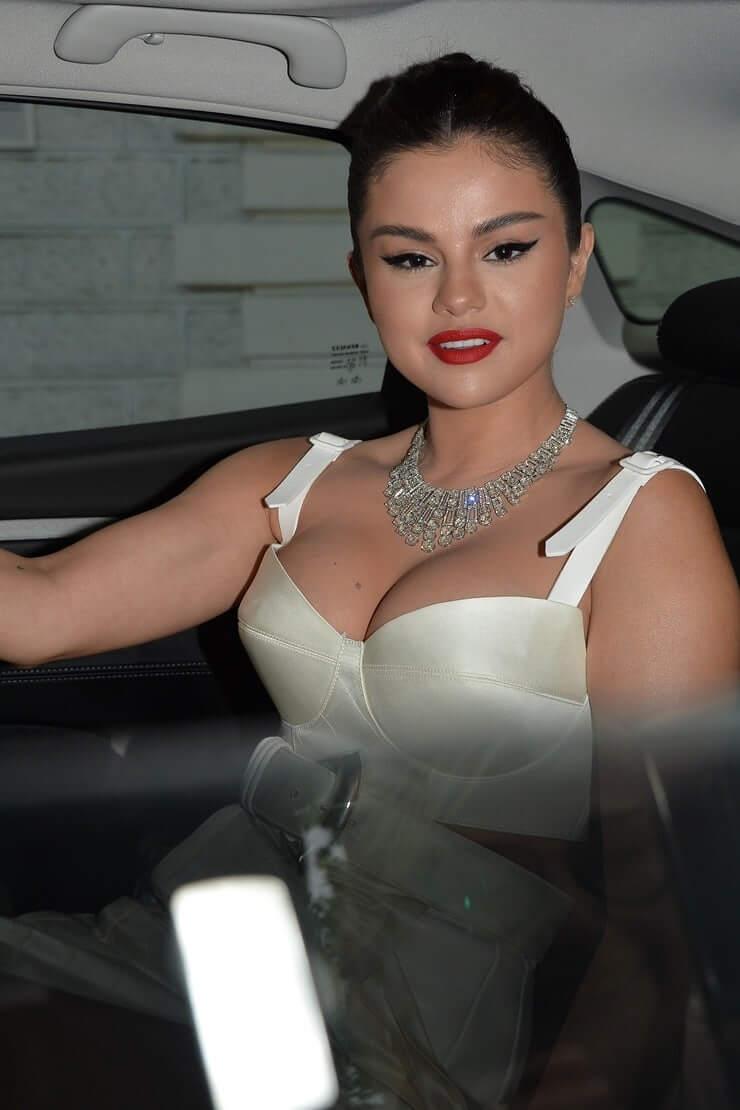 Selena Gomez sexy boobs pictures