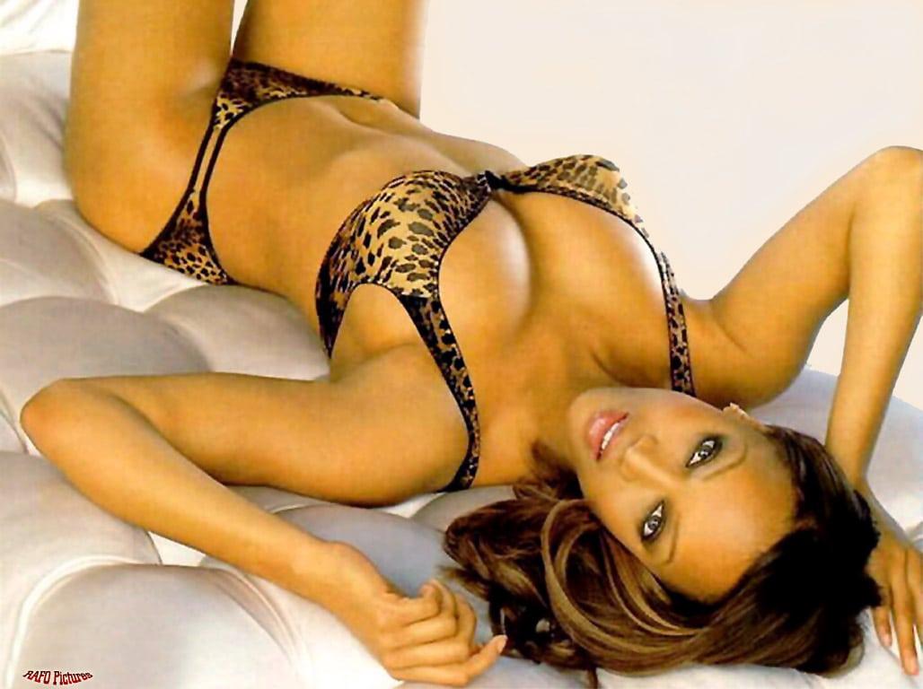 Tyra Banks hot cleavage pics