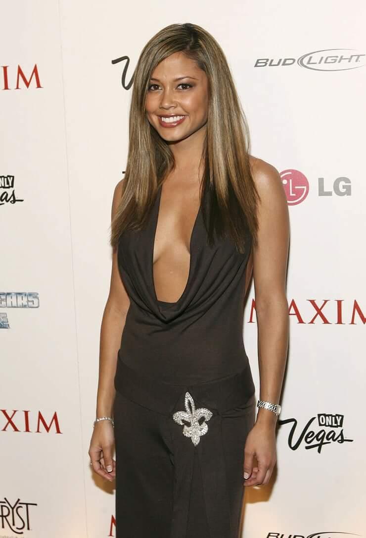 Vanessa Minnillo sexy cleavage