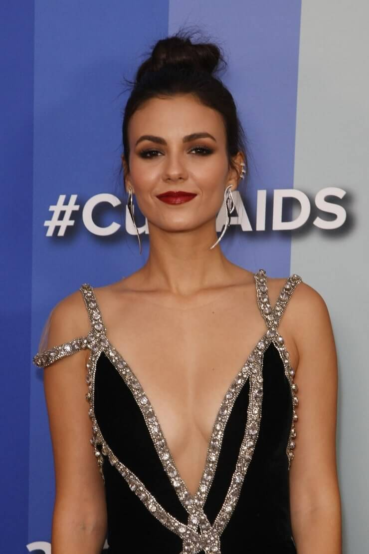 Victoria Justice hot cleavage pic