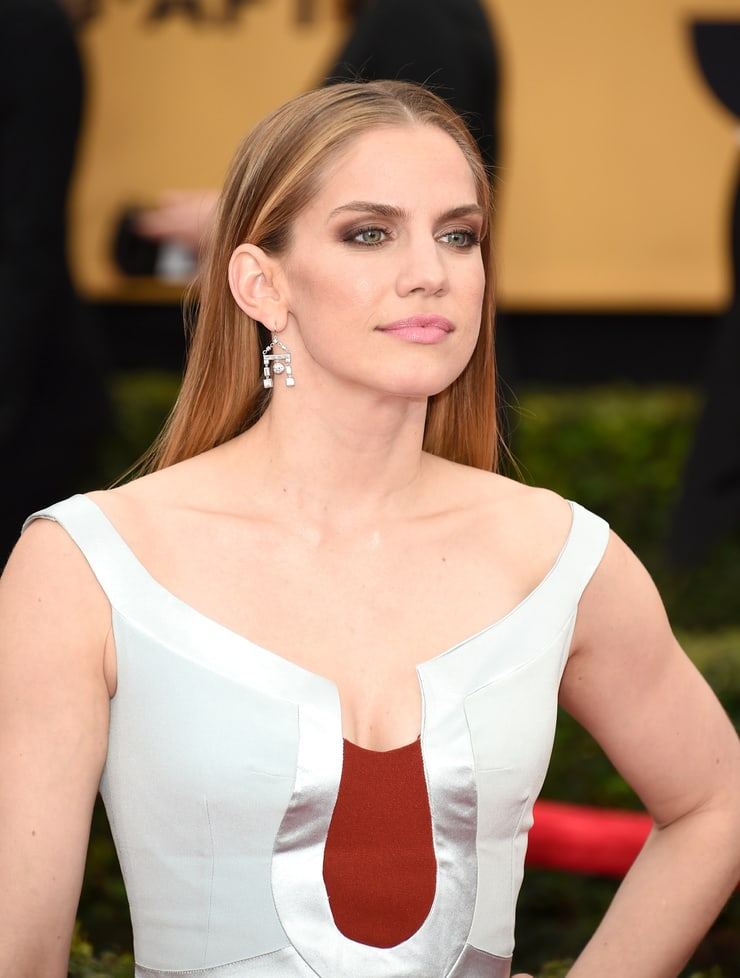 anna chlumsky cleavage