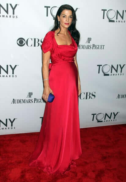 annabella sciorra red dress