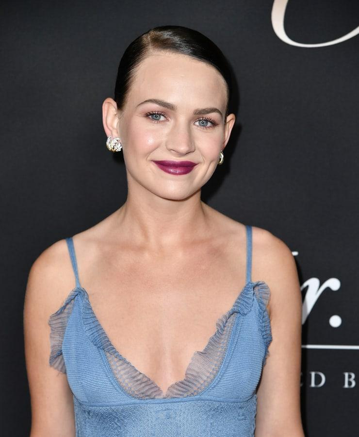 britt robertson cleavage