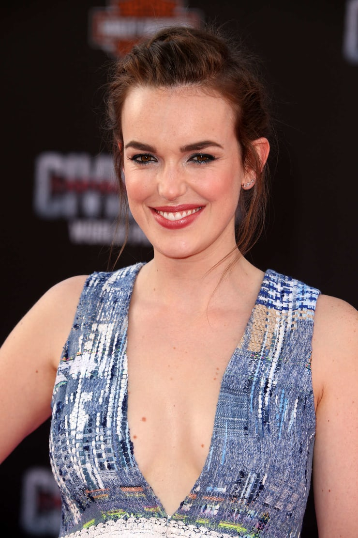 elizabeth henstridge cleavage