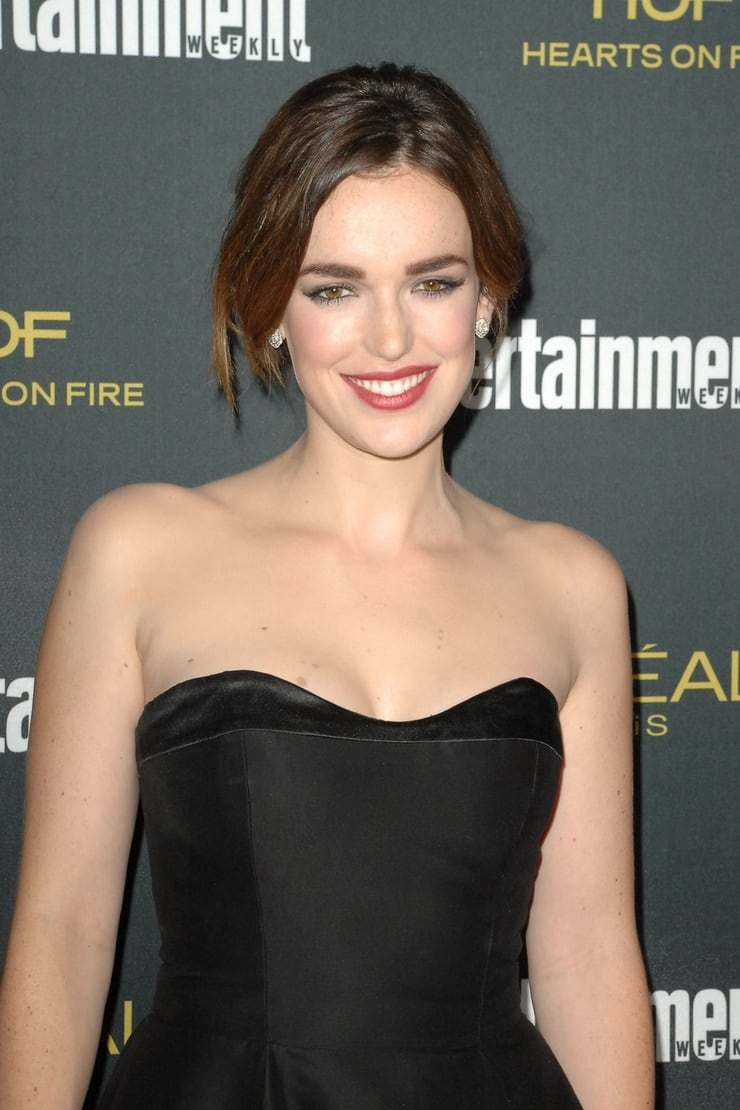 elizabeth henstridge hot smile