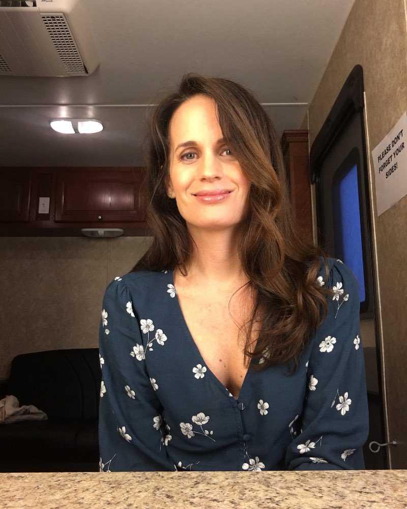 elizabeth reaser cleavage pics