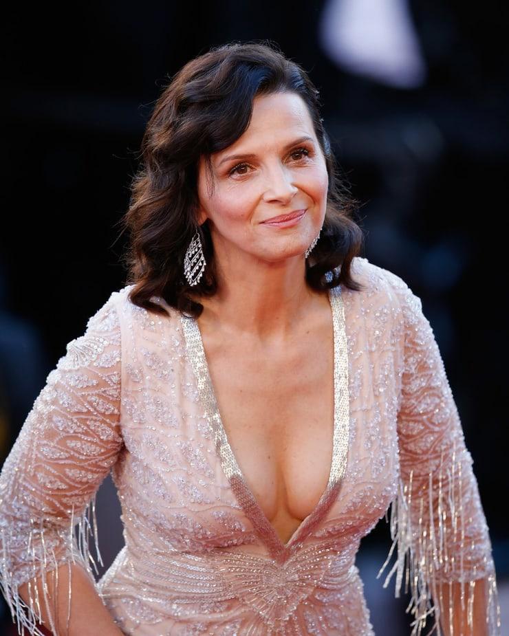 juliette binoche hot cleavage
