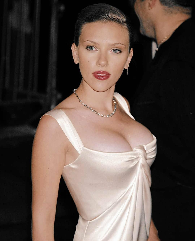 scarlett johansson sexy boobs pics (2)