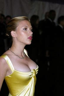 scarlett johansson sexy boobs