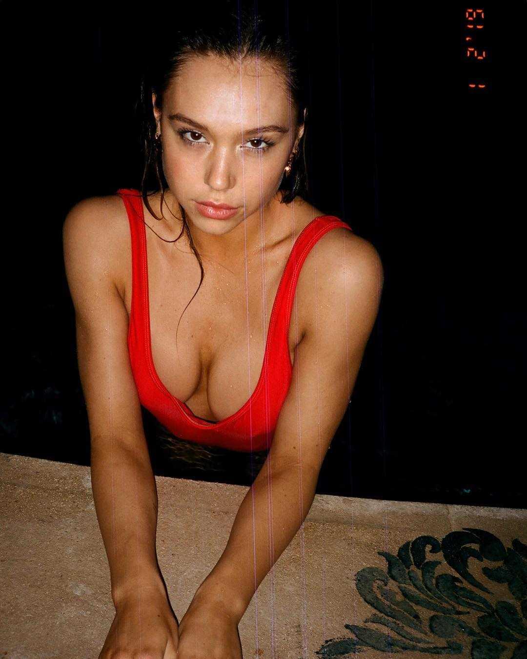 Alexis Ren hot cleavage pics