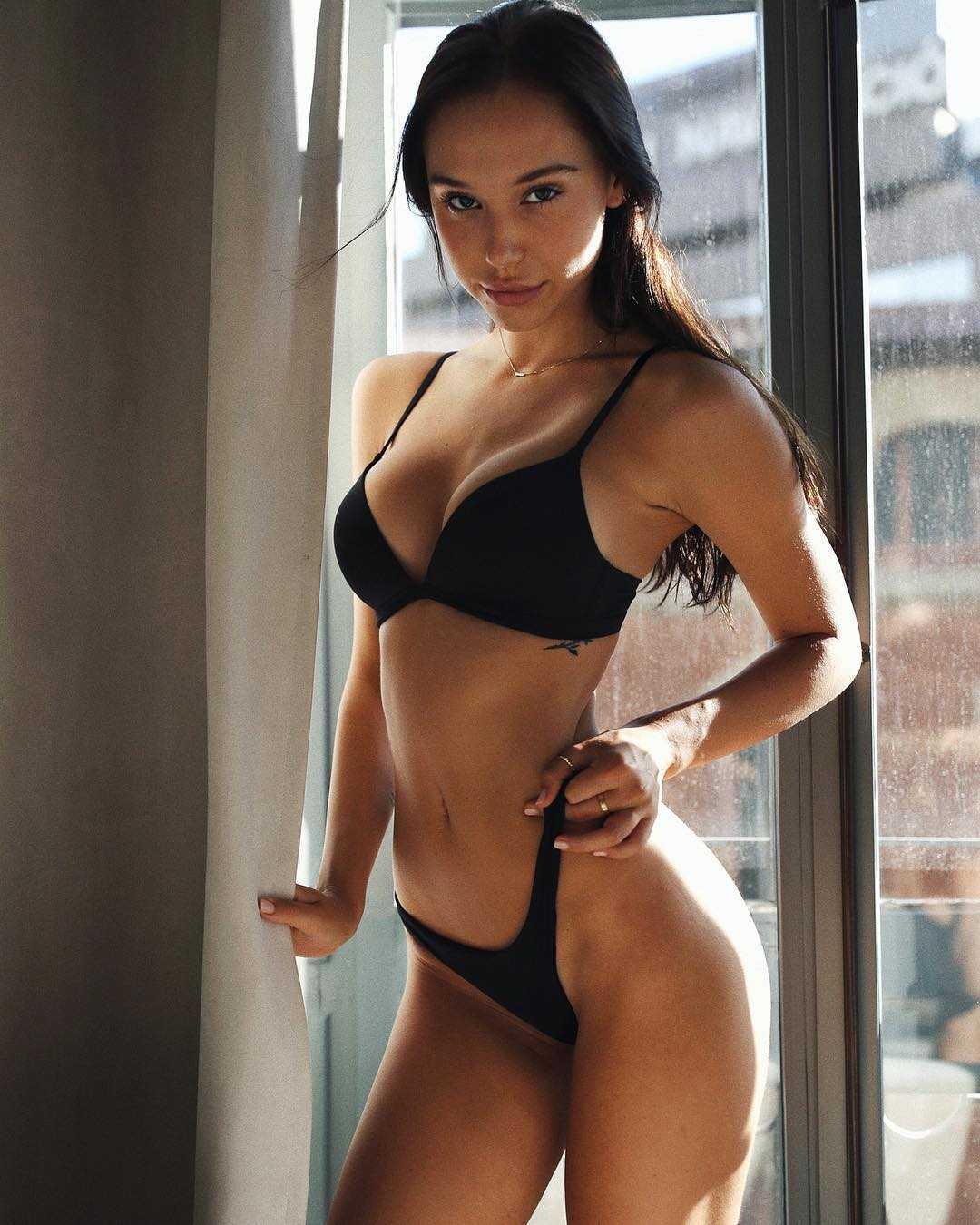 Alexis Ren lingerie pics