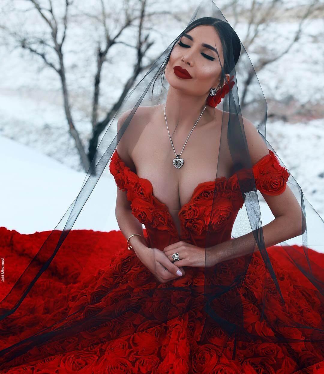 Alice Abdel Aziz sexy cleavage pics (2)