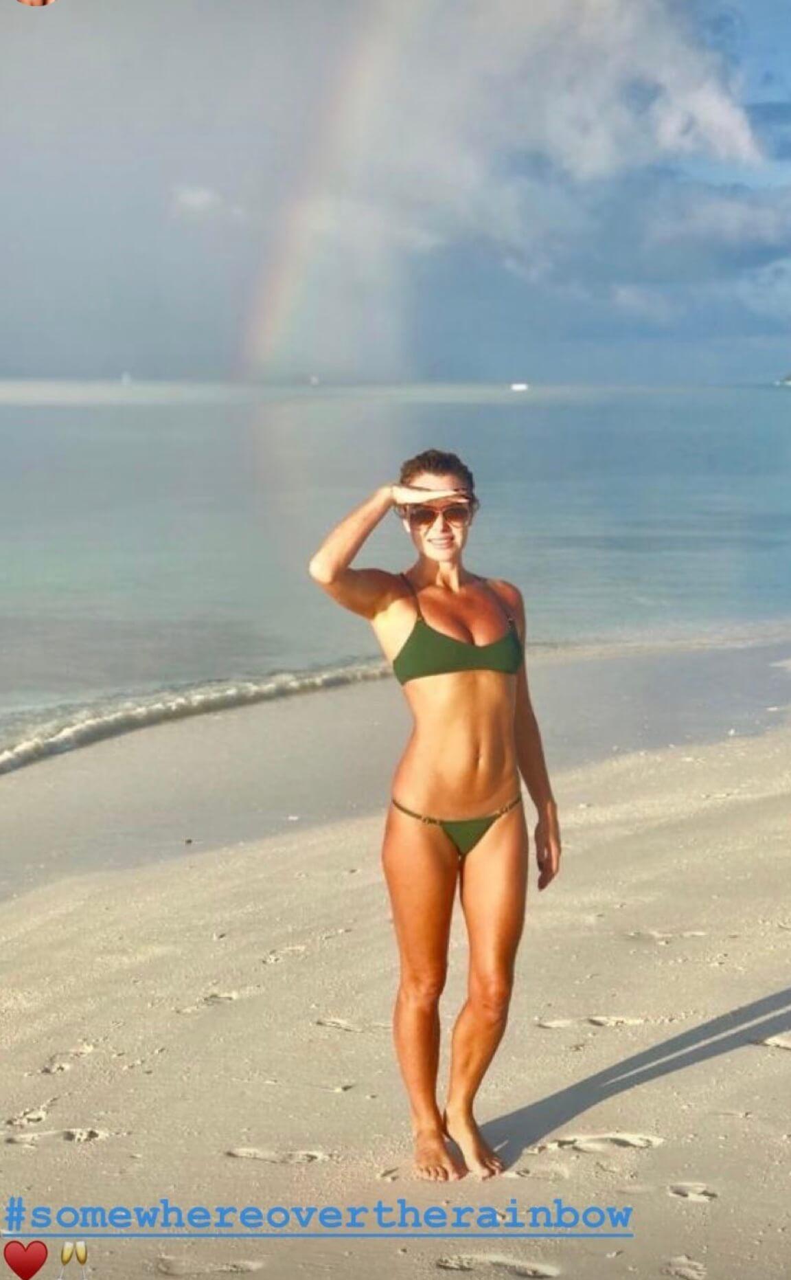 Amanda Holden sexy bikini pic