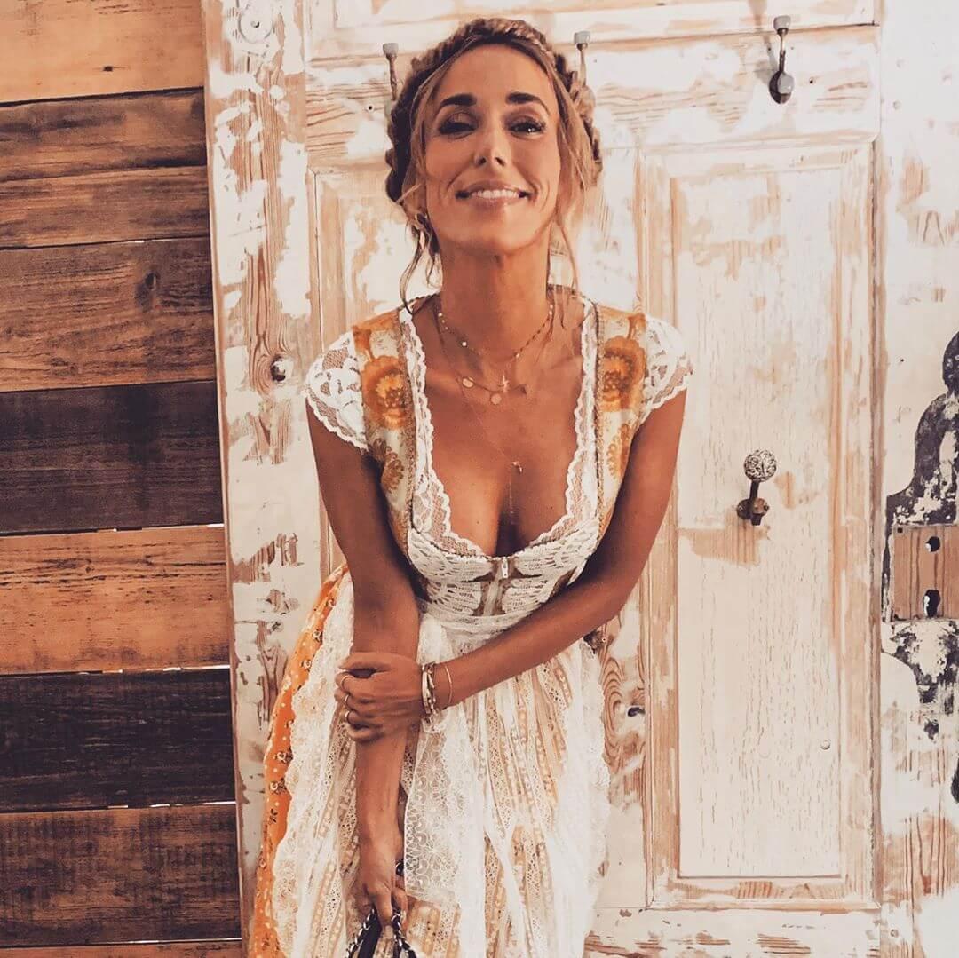 Annemarie Carpendale hot cleavage pic