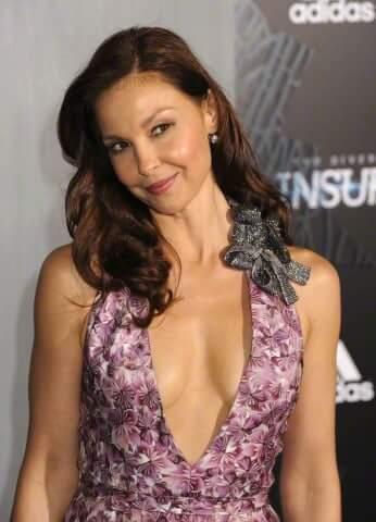 Ashley Judd sexy cleavge pics