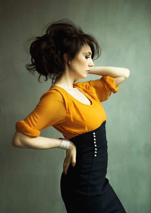Carice van Houten side pose