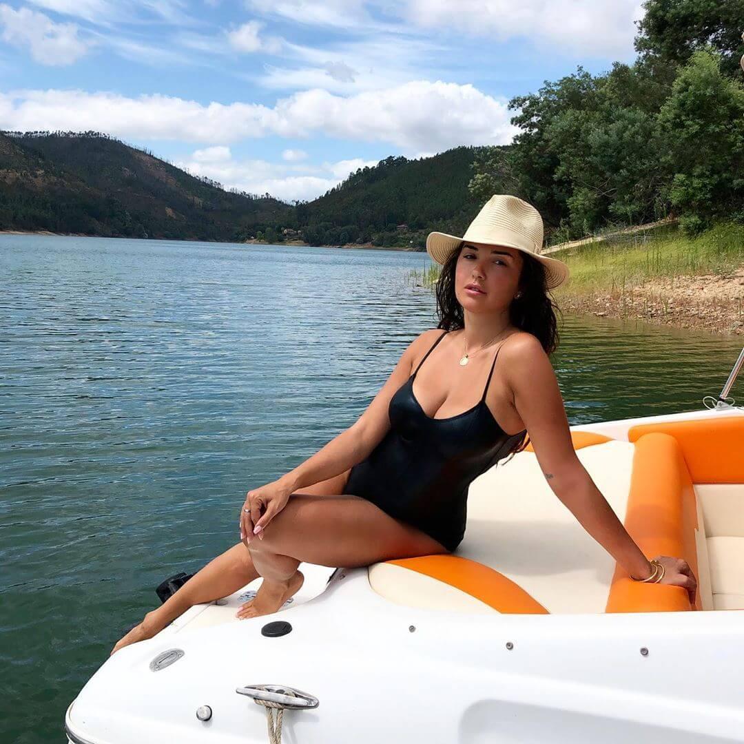 Elena Ora hot side pics