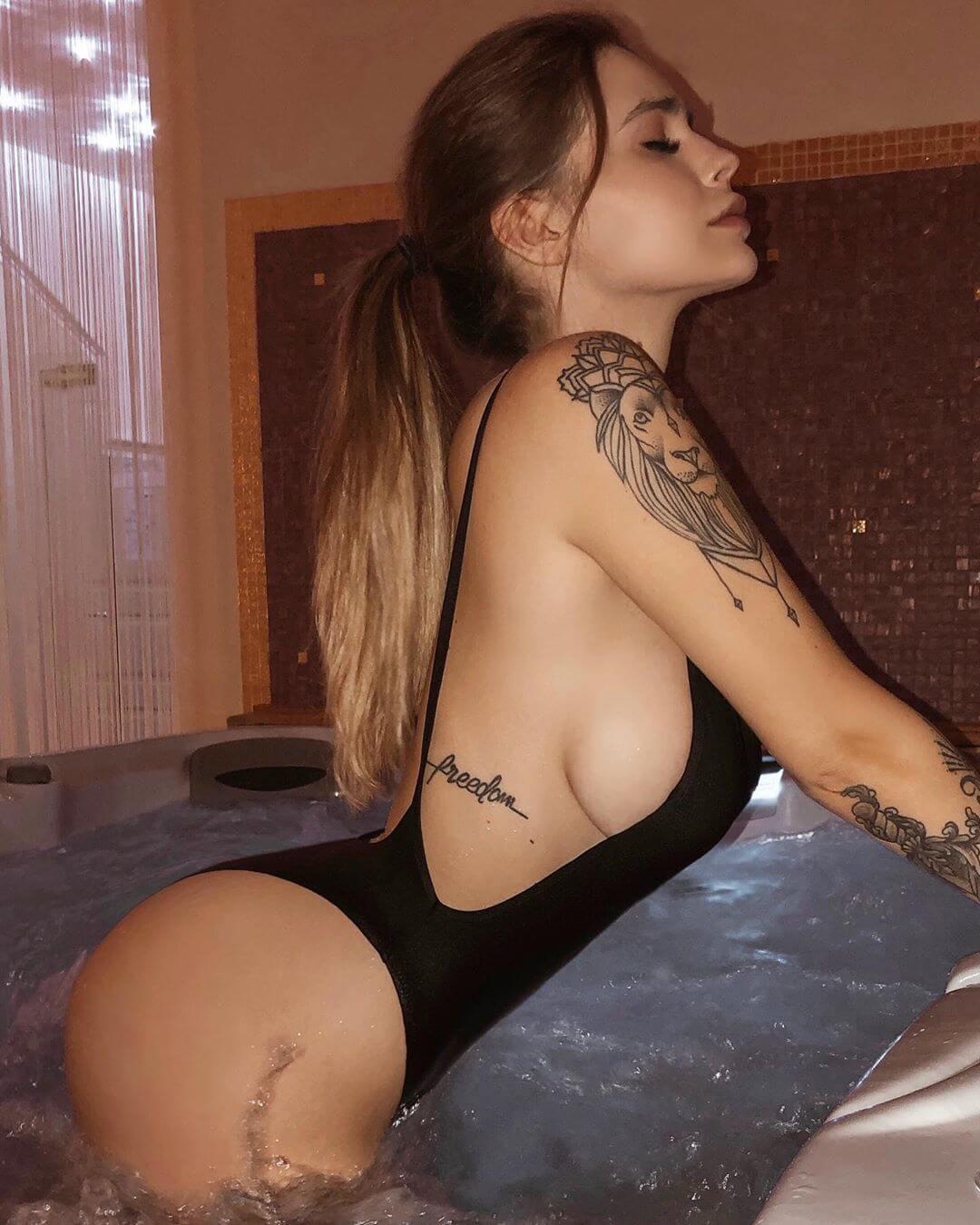 Ginevra Lambruschi sexy cleavage pics