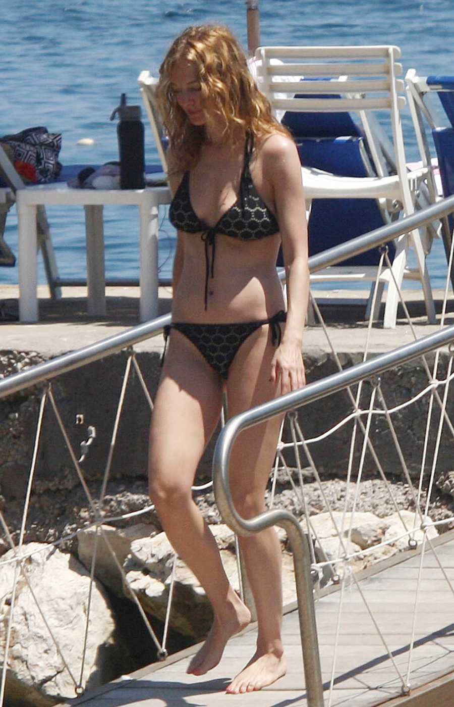 Heather Graham side boobs