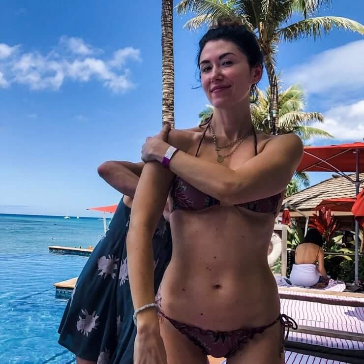 Jewel Staite hot bikini pics