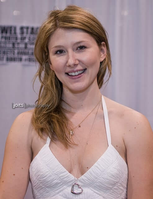 Jewel Staite sexy cleavage pics