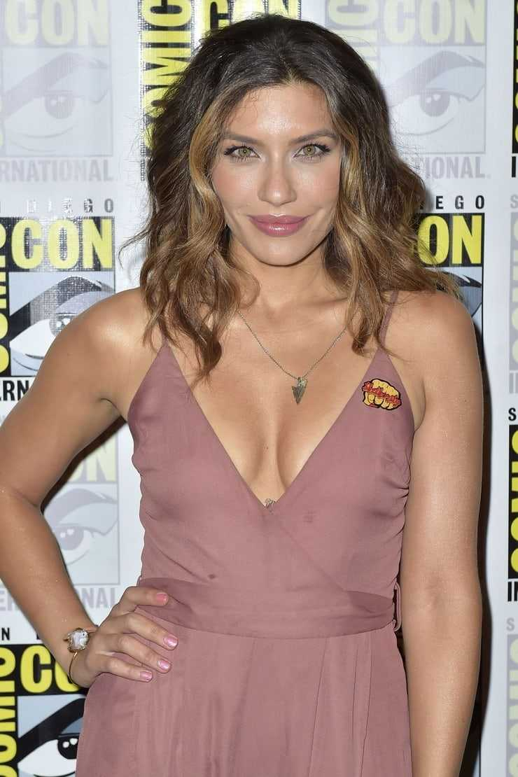 Juliana Harkavy cleavage (1)