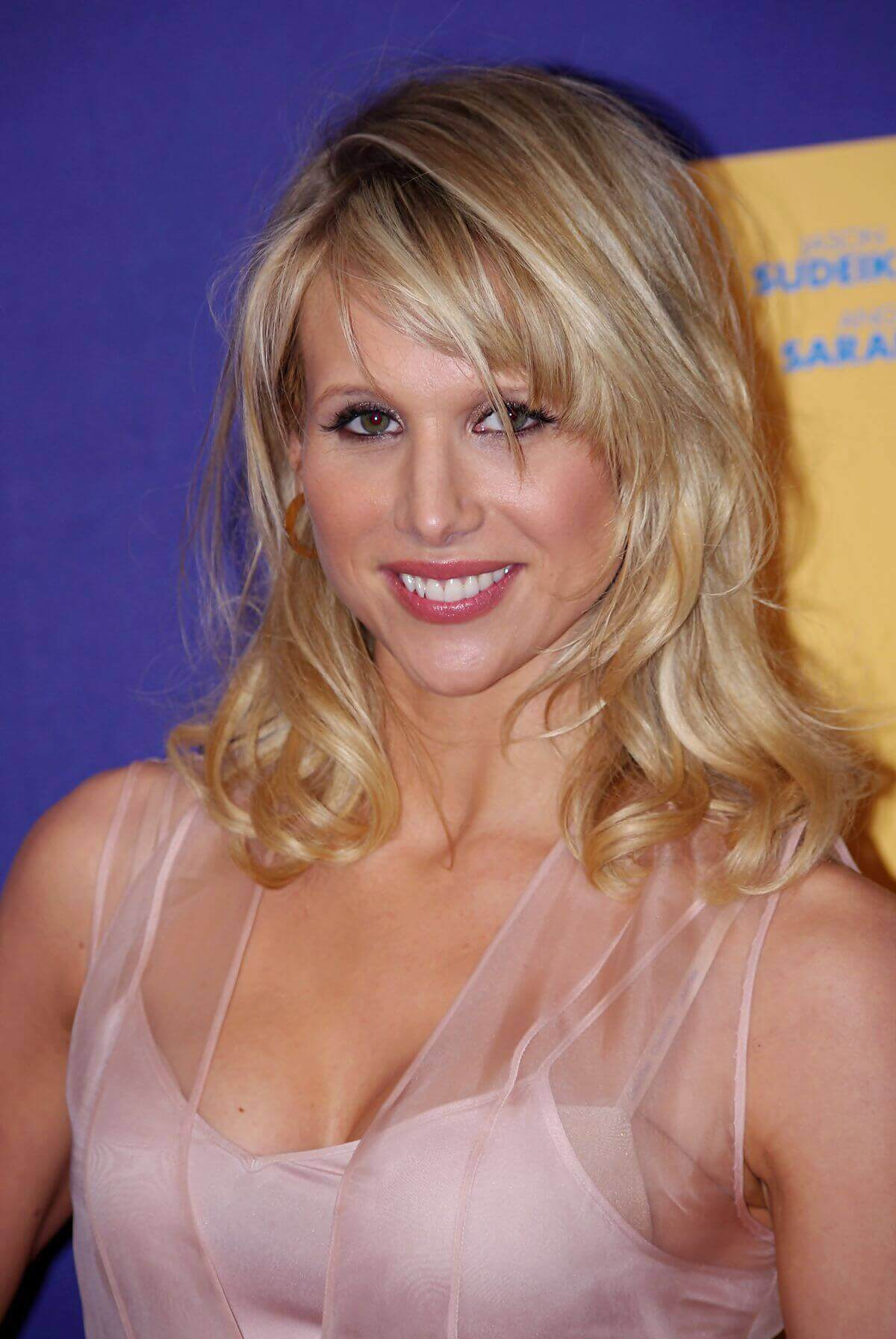 Lucy-Punch-sexy-cleavage-pic-2