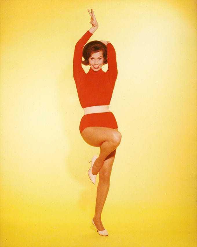 Mary Tyler Moore sexy leg